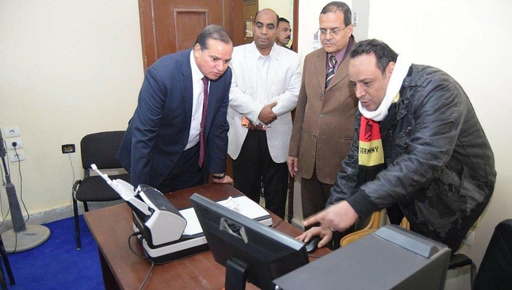 رئيس جامعة سوهاج يتابع التصحيح الإلكتروني للاختبارات بكلية الصيدلة