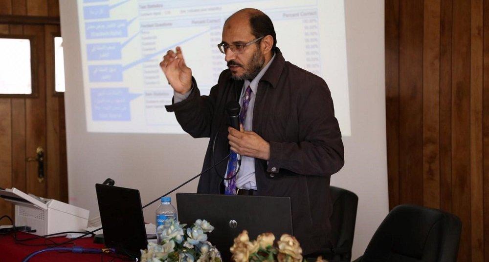 مهندس نصر خاطر أثناء شرح ريمارك أوفيس في كلية الهندسة جامعة بورسعيد